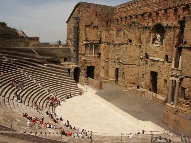 オランジュのローマ劇場とその周...