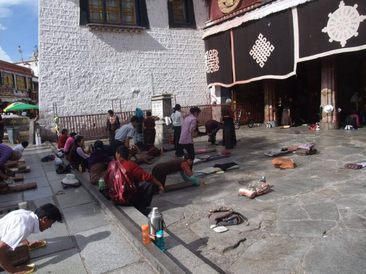 photo credit: Pélerins au Jokhang via photopin (license)