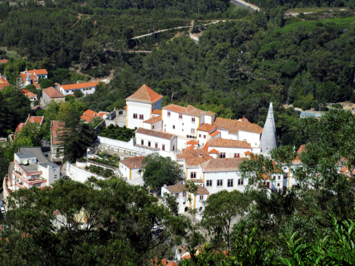 photo credit: Palácio Nacional de Sintra as seen from Castelo dos Mouros via photopin (license)