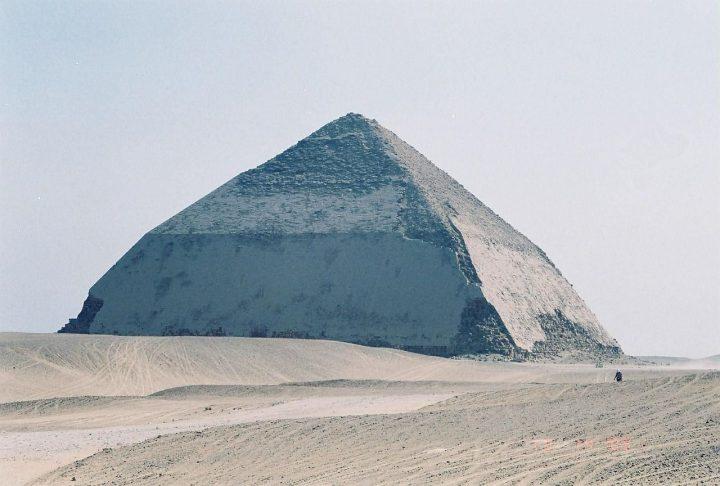 【世界遺産】スネフェル王の屈折ピラミッド|メンフィスとその墓地遺跡