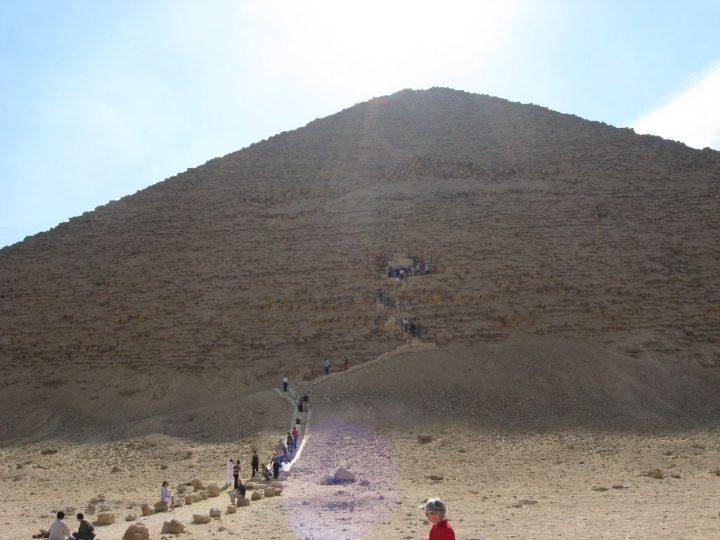 【世界遺産】スネフェル王の赤いピラミッド|メンフィスとその墓地遺跡