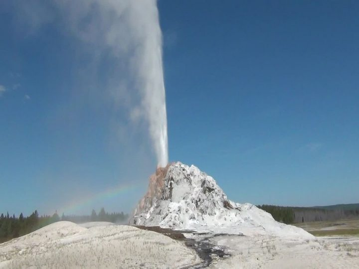 photo credit: White Dome Geyser eruption (White Dome Group) (9:55 to 9:57 AM, 11 August 2013) 2 via photopin (license)