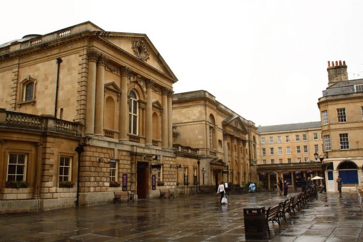 photo credit: Courtyard and entrance to Roman Baths and further down is the entrance to the Pump Room via photopin (license)