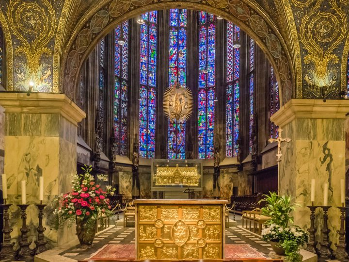 photo credit: Hauptaltar mit Marienschrein - Innere des Aachener Dom - Aachen - Nordrhein-Westfalen - Deutschland via photopin (license)