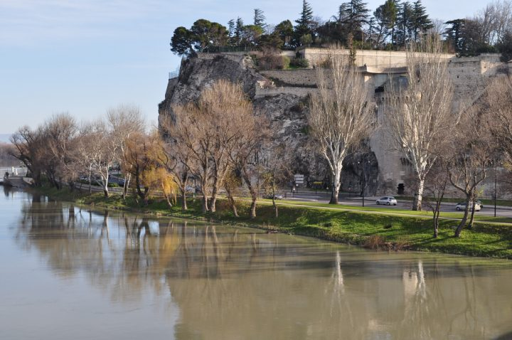 photo credit: La berge du Rhône et le rocher des Doms, pont St Bénezet, Avignon, Vaucluse, Provence, France. via photopin (license)