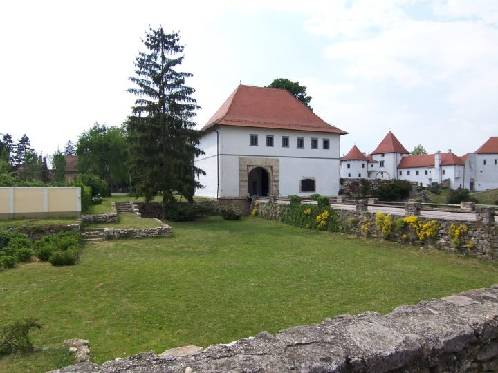 photo credit: Entrance of the stari grad, Varaždin via photopin (license)