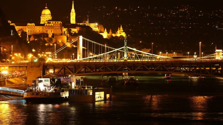 くさり橋|ブダペストのドナウ河岸とブダ城地区およびアンドラーシ通り