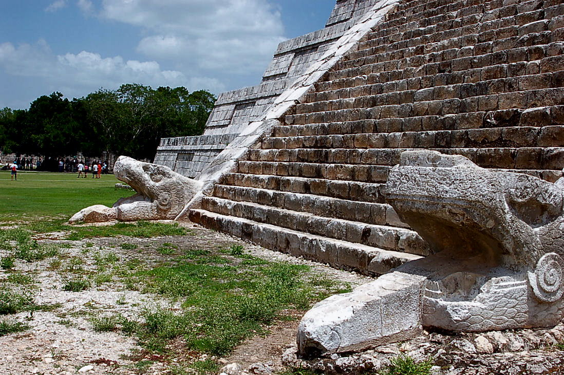 photo credit: MEXICO CHICHEN ITZA CABEZA DE SERPIENTES JUNIO 2006 via photopin (license)
