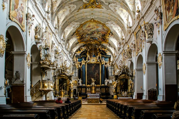 photo credit: Mittelschiff, Apsis mit Hochaltar und zwei Seitenaltären in der Basilika Skt. Emmeram in Regensburg -- Nave, apse with high altar and two side altars in the Basilica Skt. Emmeram in Regensburg via photopin (license)