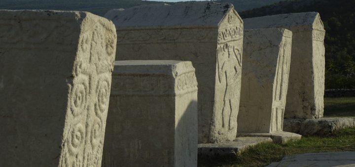 中世の墓碑ステチュツィの墓所群